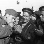 советские моряки и солдат