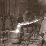 выпуск металла из вагранки в чугунолитейном цехе Уралмашзавода