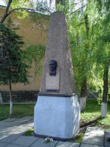 памятник Банникову А.П. на площади Первой пятилетки