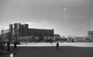 площадь, гостиница Мадрид и Белая башня вдали