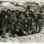 рабочие УЗТМ на самострое дома, 1957 г.